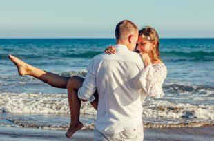 coppia felice in riva al mare